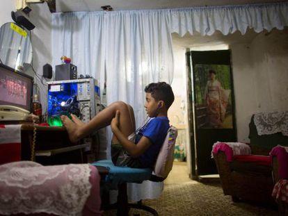 Criança vê TV em Havana.