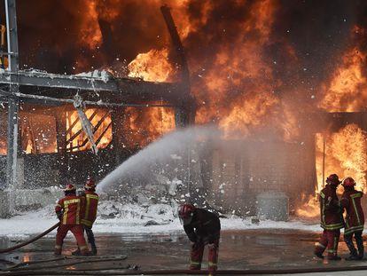 Bombeiros tentam controlar o incêndio em armazém no porto de Beirute