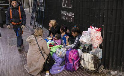 Família vivendo em situação de rua em Buenos Aires.