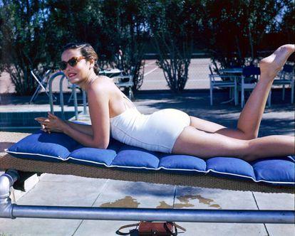 """Gene Tierney tomando sol em 1940. Foi considerada """"a mulher mais bela do mundo""""."""
