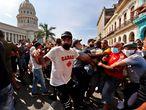 """HAB15. LA HABANA (CUBA), 11/07/2021.- Policías arrestan a manifestantes frente al capitolio de Cuba hoy, en La Habana (Cuba). Cientos de cubanos salieron este domingo a las calles de La Habana al grito de """"libertad"""" en manifestaciones pacíficas, que fueron interceptadas por las fuerzas de seguridad y brigadas de partidarios del Gobierno, produciéndose enfrentamientos violentos y arrestos. EFE/Ernesto Mastrascusa"""