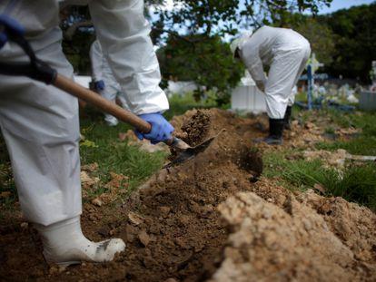Coveiros enterram vítima de coronavírus em Breves, no Pará.
