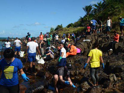 Voluntários se mobilizam para limpar a praia de Itapuama, em Cabo de Santo Agostinho (PE).