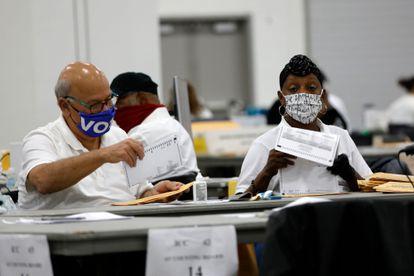 Funcionários trabalham na contagem de votos em Detroit, Michigan, nesta quarta-feira.
