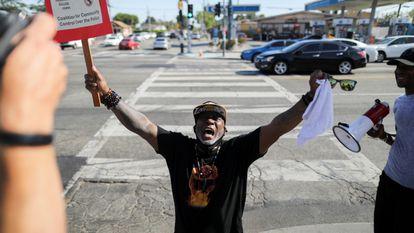 Um homem comemora o veredicto do caso Floyd numa rua de Los Angeles, na Califórnia, nesta terça-feira.