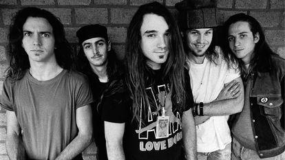 Pearl Jam em 1992. À esquerda, Eddie Vedder, o líder do grupo.