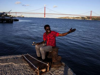 Kimi Djabate, músico da Guiné-Bissau às margens do Tejo.