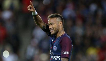 Neymar comemora um gol pelo PSG.