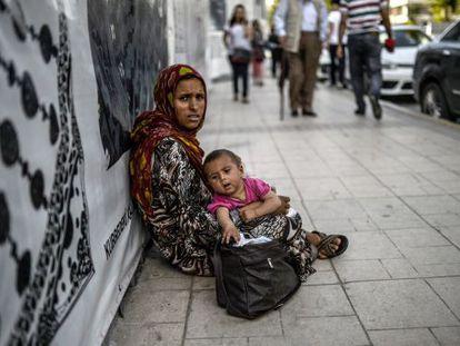 Uma síria pede esmola em Istambul.