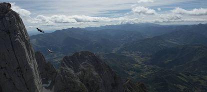 Armando Del Rey e Darío Barrio saltam do topo do Pico San Carlos (Picos de Europa).