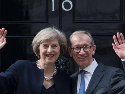 A primeira-ministra May e seu marido, Philip, chegam ao número 10 da Downing Street.