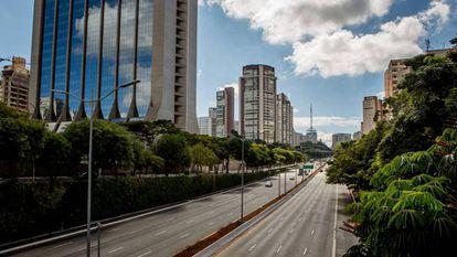Avenida 23 de Maio, umas das principais de São Paulo, vazia na quarentena. No vídeo, Bolsonaro recepciona seus seguidores no Palácio do Planalto.