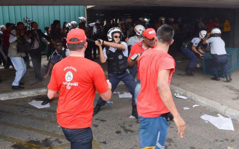 Policial reprime protesto da CUT em Brasília.