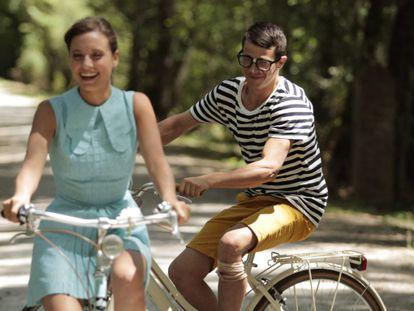 Pessoas andam de bicicleta em parque.