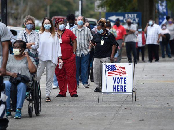 Decenas de personas esperan en fila para votar anticipadamente en las presidenciales, en Augusta, Georgia, el pasado 12 de octubre.