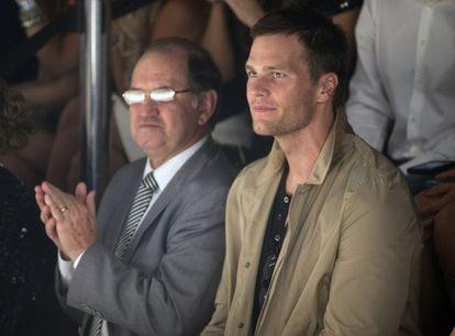 O pai do modelo aplaude a sua filha, acompanhado deTom Brady, marido da modelo.
