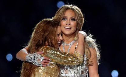 Shakira abraça Jennifer Lopez depois da apresentação no intervalo do Super Bowl LIV em Miami.