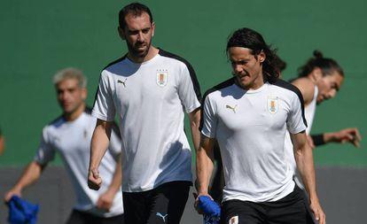 Godín e Cavani em treinamento da seleção uruguaia.