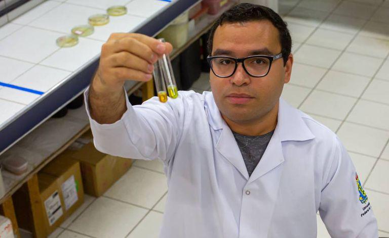 Pesquisador Lucas Pinheiro Dias, no laboratório da Universidade Federal do Ceará.
