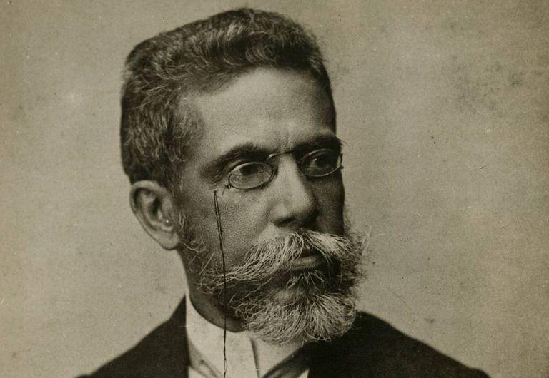 O escritor brasileiro Machado de Assis, aos 57 anos