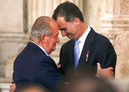 O rei Juan Carlos I e seu filho Felipe VI no ato de abdicação em 18 de junho de 2014.