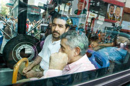 Daniel Ceballos (esquerda) e o general reformado Ángel Vivas, transportados de ônibus para sua libertação.