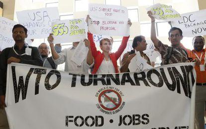Ativistas exigem manutenção de subsídios agrícolas para países pobres, em Bali.