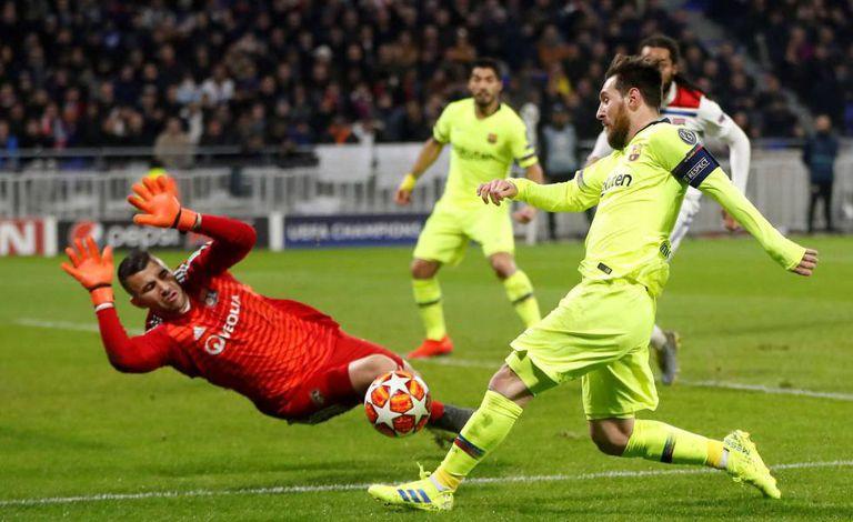 Goleiro Lopez sai abafando chute de Messi na França.
