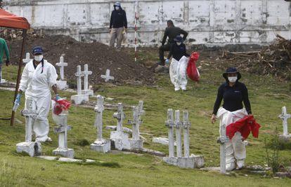 Peritos forenses da Unidade de Investigação e Acusação da Jurisdição Especial para a Paz trabalham durante um dia de exumação no cemitério do município de Dabeiba em 11 de março de 2021.