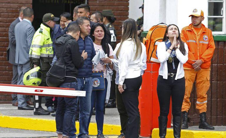 Familiares das vítimas na entrada da academia de polícia de Bogotá.