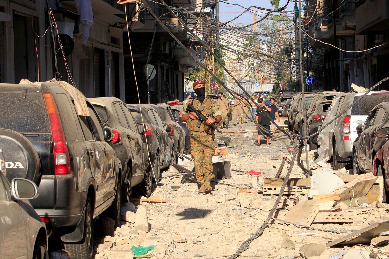 Militar libanês inspeciona uma rua afetada pela explosão nesta quarta-feira em Beirute.