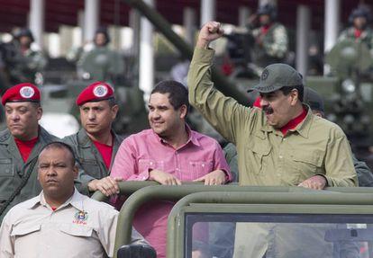 Nicolás Maduro Guerra, no centro, ao lado do pai.