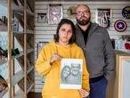 Ao lado do irmão, Priscila segura foto do pai e da irmã mortos pela covid-19.