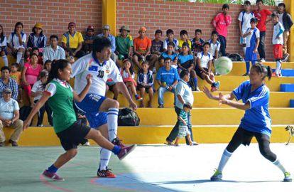 Morales joga ao futebol depois de votar neste domingo.