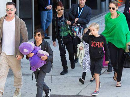 Angelina Jolie e Brad Pitt, com seus filhos.