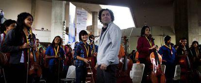 Gustavo Dudamel, com membros da orquestra juvenil em fevereiro de 2016 em Caracas.