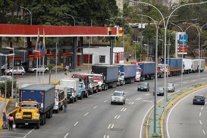 Caminhões fazem fila em avenida de Caracas para encher o tanque em um posto no dia 5, em meio à crescente escassez de diesel.
