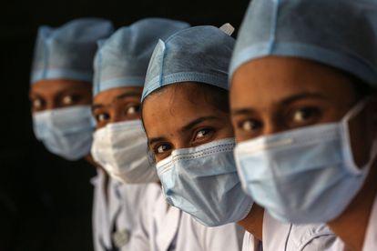 Trabalhadoras da saúde aguardam na fila para tomar a vacina contra a covid-19 em Mumbai, na Índia, em 30 de janeiro.