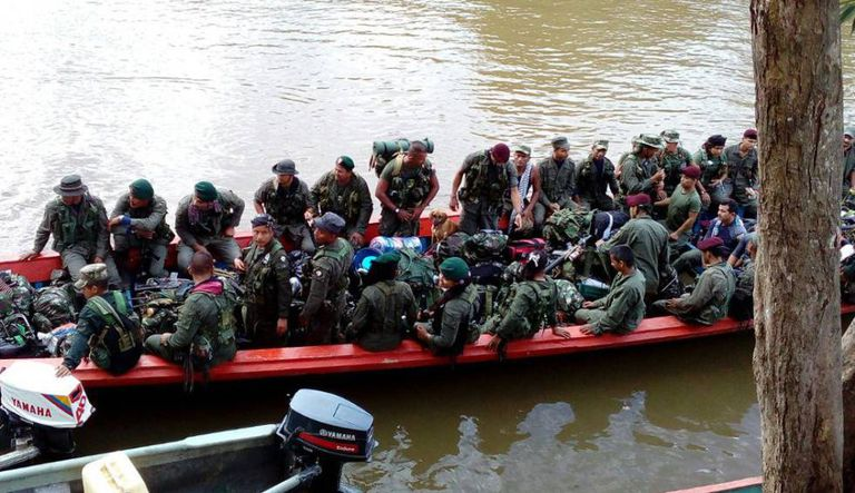Fotografia cedida pelo Bloco Sul das FARC, do domingo 29 de janeiro, de seus integrantes viajando pelo rio Mecaya em Putumayo.