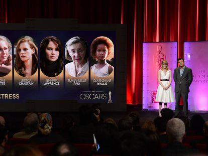 Seth MacFarlane e Emma Stone leem as indicadas ao prêmio de melhor atriz do Oscar de 2013, quando McFarlane brincou sobre Weinstein.