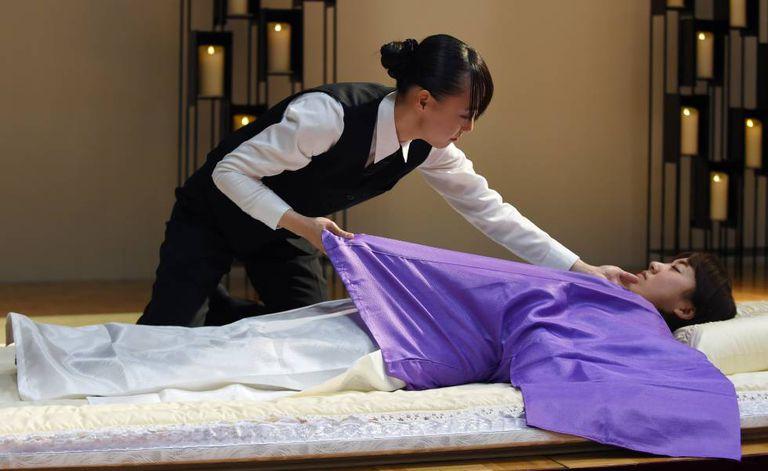 Uma experiente japonesa em tanatopraxia em um congresso sobre a indústria funeraria em 2015 em Tóquio.