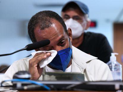 O taxista Márcio Antônio do Nascimento da Silva relata aos senadores que perdeu a irmã e o filho Hugo Dutra do Nascimento Silva, de 25 anos, ambos para a covid-19. Ele foi uma das vítimas ouvidas pela CPI da Pandemia, em 18 de outubro.