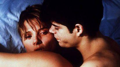 Jorge Sanz, Maribel Verdú e Victoria Abril protagonizam um trio amoroso em 'Amantes' (1991), dirigida por Vicente Aranda e ambientada na Espanha dos anos 50.