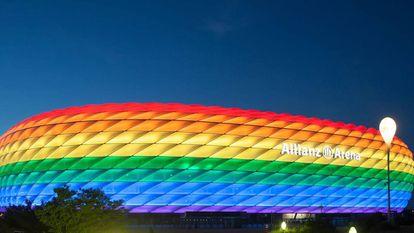 O Allianz Arena, iluminado com a bandeira LGBTI.