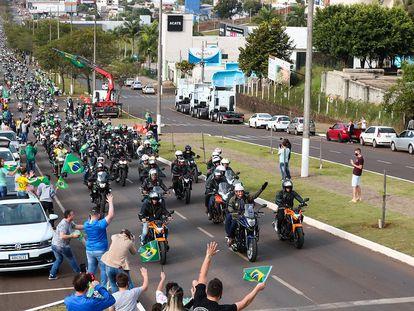 O presidente Jair Boisonaro lidera 'motociata' de apoiadores em Chapecó, Santa Catarina, neste sábado.