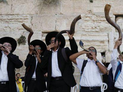 Ultraortodoxos tocam o 'shofar' em frente ao Muro das Lamentações, às vésperas do Ano Novo judaico