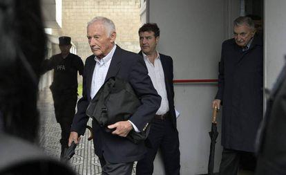 Pedro Müller (esquerda) e Héctor Sibilla, ex-executivos da Ford na Argentina, deixam o tribunal após a sentença.