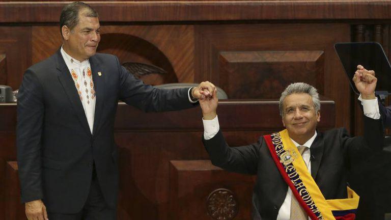 Lenín Moreno (à direita) assume o cargo de presidente do Equador em maio passado ao lado de seu antecessor, Rafael Correa