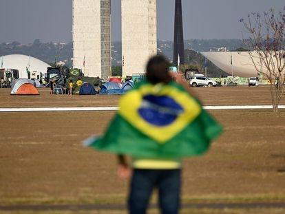 Militante de Jair Bolsonaro diante e acampamento pró-Governo na Esplanada dos Ministérios no dia 9 de setembro.