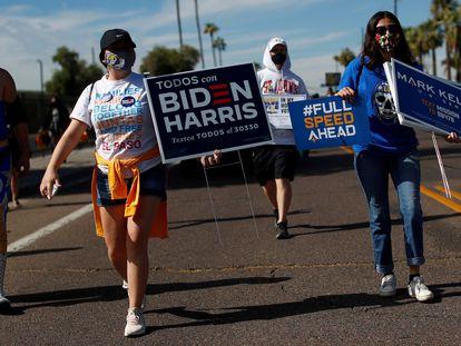 Manifestação promove o voto latino em Joe Biden em Phoenix, no Arizona, no dia 31 de outubro.